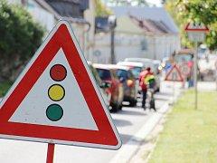 Osmdesát osm dní bude trvat omezení provozu v Santiniho ulici ve Žďáře nad Sázavou, které začalo 6. září. Dopravu tam zpomalují přenosné semafory.