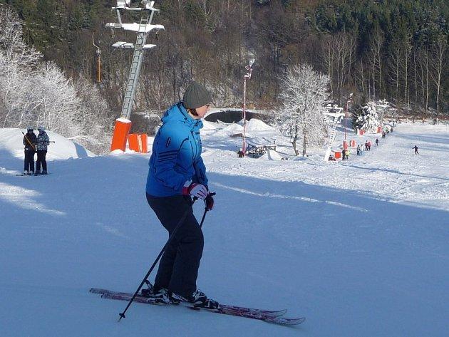Na Fajtově kopci u Velkého Meziříčí se v sobotu sklouzli první příznivci zimních radovánek.