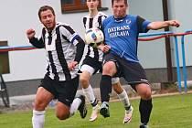 Fotbalisté Herálce (vpravo) potvrdili výhodu domácího prostředí a ve vyrovnaném utkání zdolali rezervu Žďáru nad Sázavou 2:1.