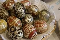 Marcela Hrabovská z Želešic umí barvit vajíčka v lecčems.