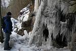 Ledopád je ukryt zrakům lidí u toku řeky Sázavy poblíž Brdíčkova mlýna.
