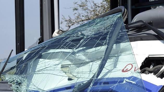 Na Žďársku havaroval autobus. Cestovalo v něm téměř třicet dětí, tři se zranily