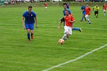 Fotbalisté Nové Vsi (v oranžovém dresu Jan Nečas) postoupili do semifinále krajského poháru.