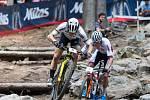 Mathieu van der Poel a Nino Schurter v závodu SP v cross country horských kol v Novém Městě na Moravě v kategorii mužů Elite.
