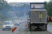 K semaforům před mostním provizoriem u žďárského zámku přibyly ještě další u Tokozu. Silnici I/37 v úseku ze Žďáru nad Sázavou do Vojnova Městce bude stavební firma opravovat do konce října.