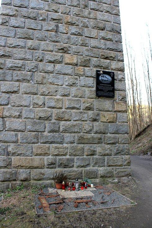 Velký železniční viadukt Kutiny - pamětní deska připomínající tragickou nehodu spojenou s pádem vlaku Pannonia z mostu