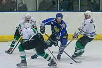 Premiérovou ztrátu zaznamenali ve víkendovém 10. kole Krajské ligy hokejisté Velkého Meziříčí (v modrém), když doma zdolali Uherský Ostroh 6:5 až po prodloužení. Nyní je ve šlágru kola čekají vedoucí Boskovice.