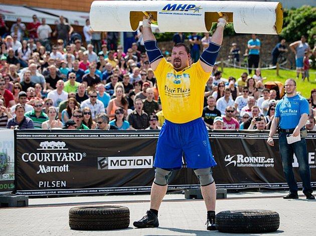 Profesionální strongman Lukáš Svoboda ze Žďáru nad Sázavou tahá kamiony nebo zvedá těžké věci.