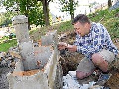 Brněnského modeláře Zdeňka Brachtla aktuálně zaměstnávají miniatury hradů kolem Svratky – do konce prázdnin jich bude k vidění pět a první část parku se zpřístupní veřejnosti.