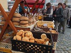 Velké množství lidí přilákal poslední letošní farmářský trh ve Žďáře nad Sázavou. K dostání bylo zboží všeho druhu.