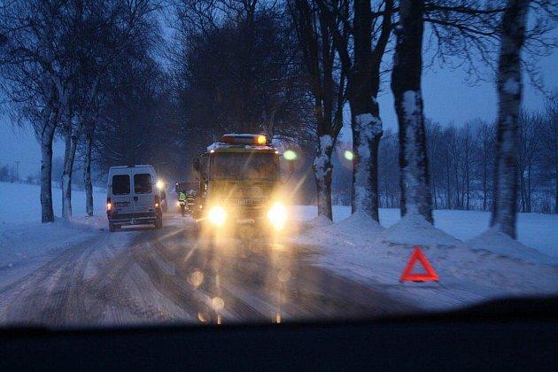 Nehoda dvou osobních vozů omezila v jednom jízdním pruhu provoz na silnici I/37 mezi obcemi Vojnův Městec a Krucemburk.