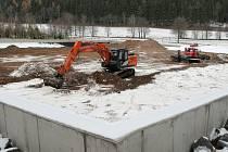 Novoměstští odkryli loňský sníh pro biatlonisty.