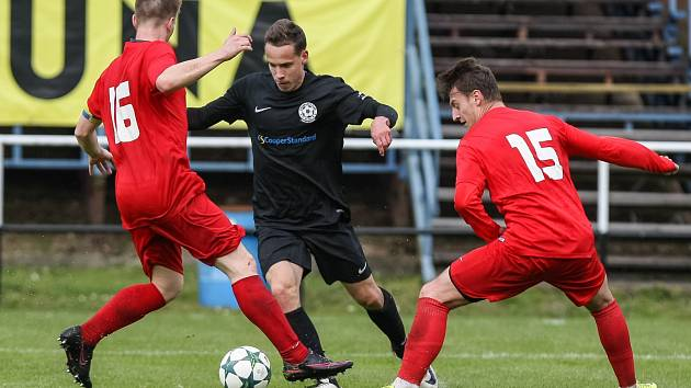 Ještě před dvěma týdny se zdálo, že hráči FC Žďas (v tmavém Matěj Vopršal) míří za klidnou záchranou. Jenže prohry v Holešově a především doma s Brumovem vrátily svěřence kouče Vanka blízko sestupových vod.