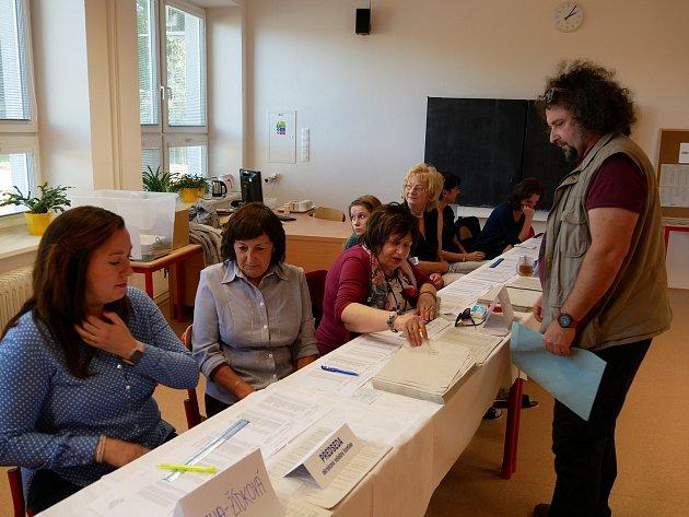 Volební místnosti se ve Žďáře nad Sázavou začaly plnit voliči hned po jejich otevření.