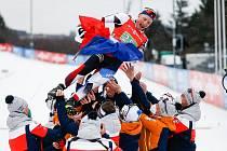 Při loučení si Ondřej Moravec vysloužil speciální oslavu. Po jeho posledním závodě kariéry letěl do vzduchu.