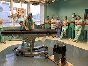 Šest moderních operačních stolů vyšlo na patnáct milionů korun.