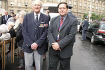 Válečný veterán plukovník Adolf Pravoslav Zelený (vlevo) s plukovníkem Petrem Majerem v roce 2004 v Praze.