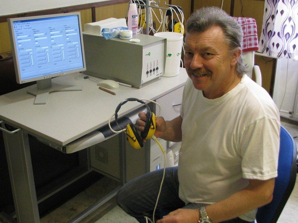 """""""Pacient si nasadí sluchátka, přičemž mezi elektrodami prochází impulsní elektrický proud o nízké intenzitě a působí na mezimozek,"""" říká novoměstský lékař Pavel Pávek."""