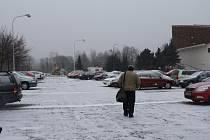 Parkoviště nedaleko bývalého dopravního hřiště ve Žďáře obsadí místo řidičů stavaři.