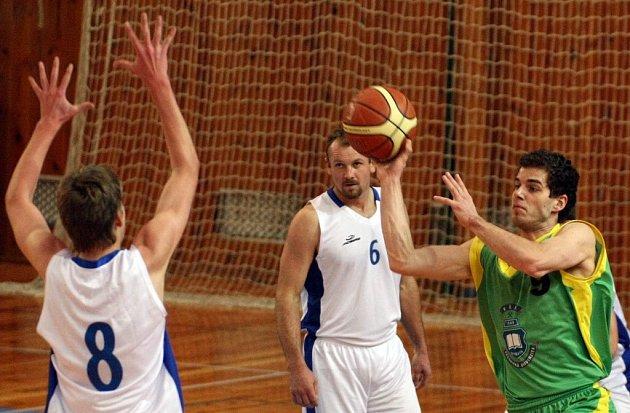 Basketbalisté Žďáru (ve světlých dresech) si připsali další vítězství. Po sobotní prohře v Jičíně si o den později spravili chuť v Liberci. Na severu Čech nastříleli svému soupeři 87 bodů.
