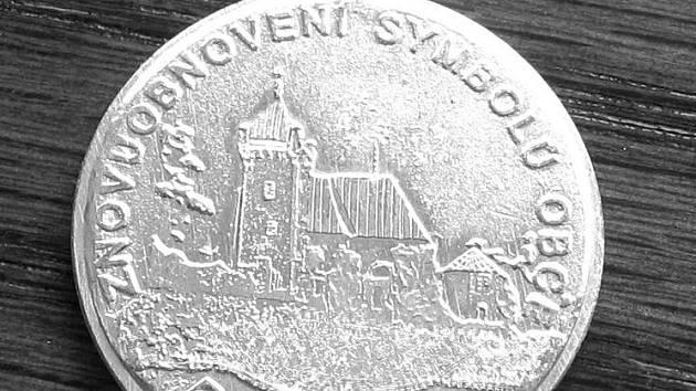 Už se prodalo pět set mincí s vyobrazením vítochovského kostelíka. Dalších pět set je ještě sběratelům k dispozici. Výtěžek z prodeje mincí půjde na opravy kostela.