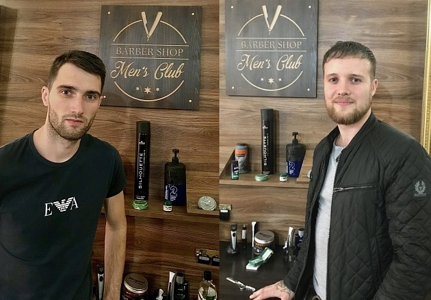 Barbershop neboli pánské holičtví a kadeřnictví, provozují vTřebíči a ve Žďáře nad Sázavou Jakub Jež (vlevo) a Radim Dostál.