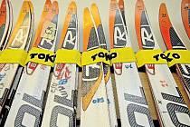 Nejdůležitější práce servisního týmu je na lyžích biatlonistů. K neméně náročným úkolům ale patří například zdlouhavé přesuny mezi zimními středisky.