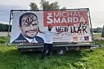 Někdo pomaloval plakát jednoho z kandidátů do Senátu Michala Šmardy. Ten ho pak osobně přijel vylepšit.