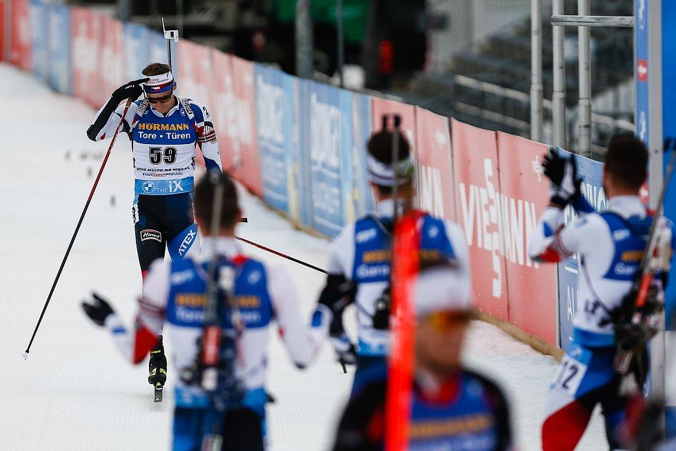 Čeští závodníci vítají v cíli Ondřeje Moravce v jeho posledním individuální závodě.