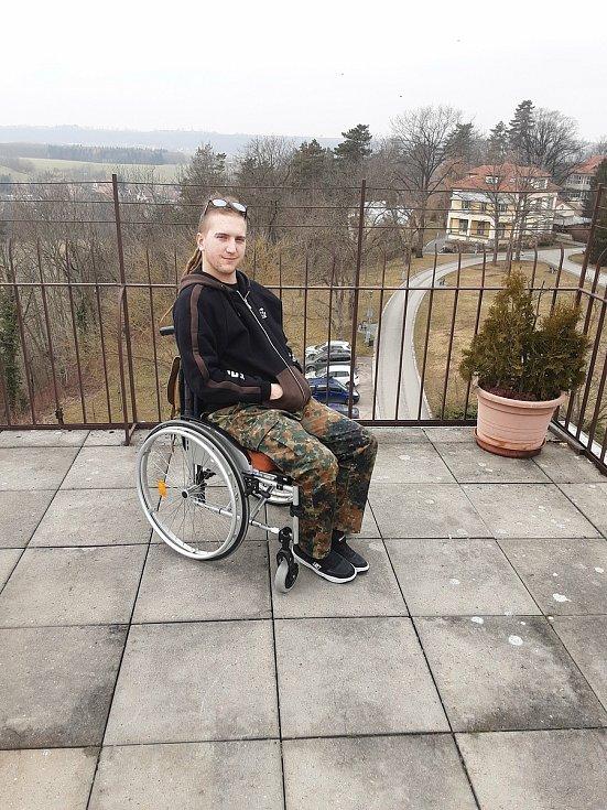Tomáš Laštovička při autonehodě utrpěl poranění míchy, které výrazným způsobem omezilo jeho možnosti pohybu.