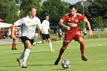 Po úvodní remíze s Dolním Benešovem nebodovali fotbalisté Velkého Meziříčí (v červeném) doma naplno ani proti Rosicím. Těm v sobotu podlehli 0:1.