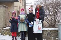Malí koledníci v tradičních kostýmech se v sobotu odpoledne vydali obcházet domácnosti v Rokytně, místní části Nového Města na Moravě. U každých dveří zazpívali známou tříkrálovou koledu.
