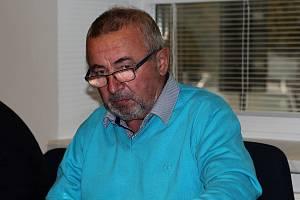 Sedmašedesátiletý bývalý starosta Fryšavy pod Žákovou horou Josef Fiala po bezmála dvou letech znovu před soudem.