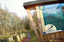 Stezka podél břehu Konventského rybníka nesoucí název Naučná stezka kolem Zelené hory byla uvedena do provozu v dubnu 2011. Foto: Deník/Lenka Mašová