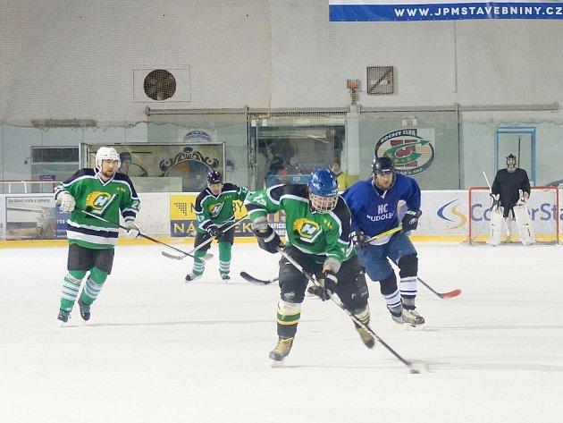 Hokejisté Bohdalce (vpředu) mohou finálovou výhrou nad Vatínem dosáhnout na zlatý hattrick ve Vesnické hokejové lize. První zápas však prohráli 2:3.