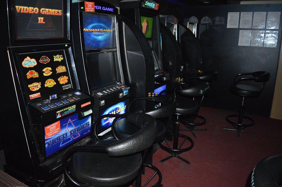 Celníci odhalili v Novém Městě na Moravě nelegální hernu. Desetičlenný kontrolní tým při razii zajistil devět výherních hracích přístrojů, které byly provozovány bez platného povolení.