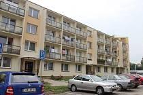 Dům v Haškově ulici ve Žďáře má sedm přízemních bytů. Lidé, co tam žijí, za celá léta výtahem nejeli, platit ho ale teď musí.