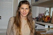 1.Alici Hradilovou znají lidé především z Horáckého muzea coby kurátorku sbírkových fondů a průvodkyni. Setkávají se tam s ní při nejrůznějších příležitostech – při otevírání výstav, komentovaných prohlídkách, programech pro školy a při všech dalších akti