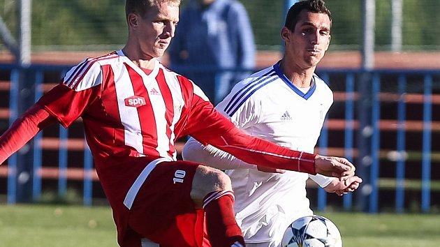 Jen dvě branky zaznamenal na podzim v dresu Bystřice obávaný snajpr Miloš Prášil (v červeném).