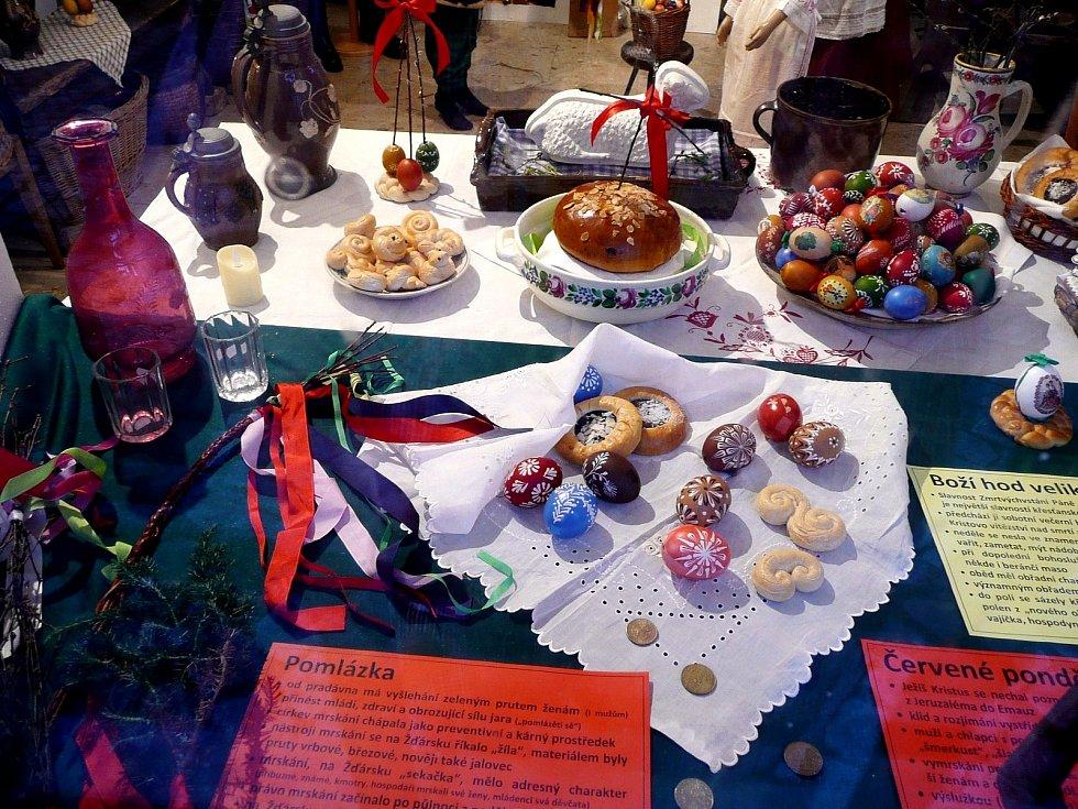 Tradiční Velikonoce na Horácku představují okénka Regionálního muzea města Žďáru nad Sázavou. Muzejníci radí dojít za soumraku.