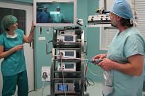 Od konce loňského roku používají novoměstští chirurgové novou laparoskopickou věž (na snímku). Finančně na ni přispělo více než dvacet měst, obcí i firem.