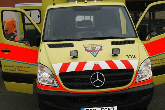V řetězové nehodě uvázla i sanitka