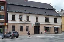 Reliéf na fasádě domu nazvaný Salvator mundi vytvořil Jan Štursa v roce 1905 k výzdobě průčelí lékárny u Salvátora. Lékárna funguje v domě na prodej i dnes.