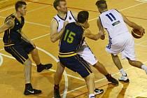 Žďárský pivot Radek Pospíšil cloní obránce Michala Seidlera. Basketbalový klub po dvou domácích výhrách a porážkách nejbližších soupeřů poskočil na druhé místo v tabulce.