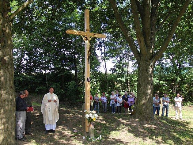 Slavnostního aktu žehnání obnoveného kříže se ujal farář z Bobrové Vít Fatěna.