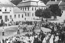 Cvičení hasičských lezců, které se na jimramovském náměstí  konalo v roce 1900.