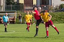 Fotbalisté rezervy Počítek (v červených dresech) i Rožné vyšli o uplynulém víkendu bodově naprázdno.