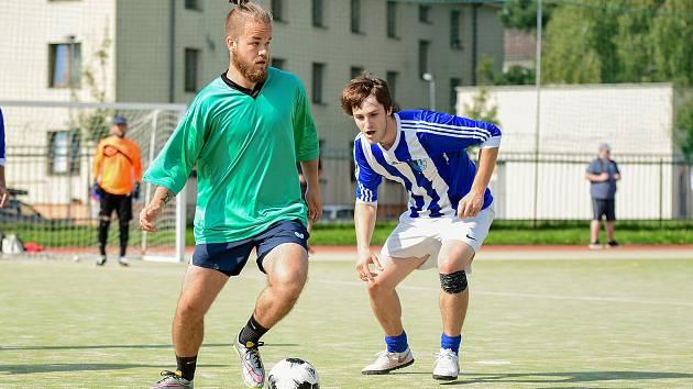 Fotbalisté Alka (v zelených dresech) si vyšlápli na vítěze předchozího ročníku Žďárské ligy malé kopané. Benjamin (v pruhovaném) zdolali výsledkem 5:3.