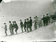 Na počátku 20. století na novoměstské zasněžené pláně mířili milovníci lyžařského umění nejen z blízka, ale i z míst vzdálenějších.