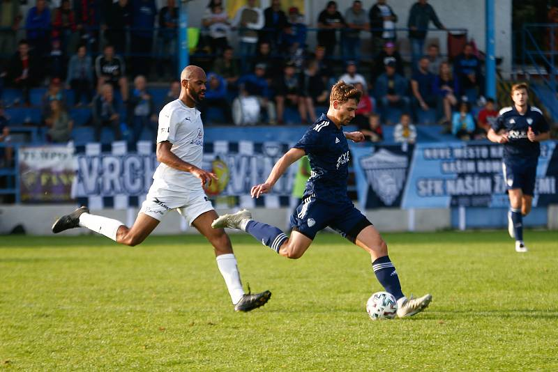 V utkání devátého kola letošního ročníku MSFL doma podlehli fotbalisté Nového Města na Moravě (v tmavém) rezervě Slovácka (v bílém) 1:2.